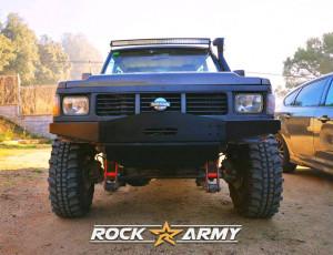 Pare chocs avant acier avec porte treuil et protection (modèle ANG) de marque Rock Army pour Nissan Patrol K160 / K260