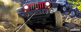 Miniature treuil 4x4 ComeUp Winch en action lors d'une sortie 4x4 en pleine nature sauvage. Montage sur une Jeep Wrangler JK. Conseils 4x4
